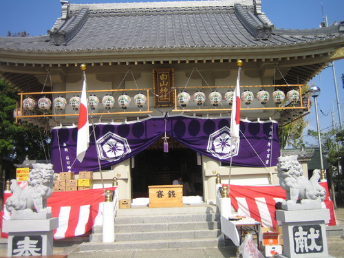 年に数回の祭礼行事に欠かせない奉納幕が本殿を飾ります!!  数日前には虫干しも行い湿気やカビなどを防ぎながら何年も使用するのが一般的ですね。神に仕える色として紫や白が多いのですが周りの幕や装飾品には赤を使用することでその対比の鮮やかさも目を引きます。  日本の伝統行事を演出する昔ながらの本染め品ならではの風格を感じてください。