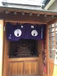 生地は古くから幕に用いられる伝統的な天竺木綿。もちろん飾るための紐(紫白)や中心で幕を巻き上げる「揚巻房」もサイズに合わせてご用意させていただいています。 お客様はデザインとサイズをお知らせ頂ければあとははっぴい屋にお任せ下さいね。